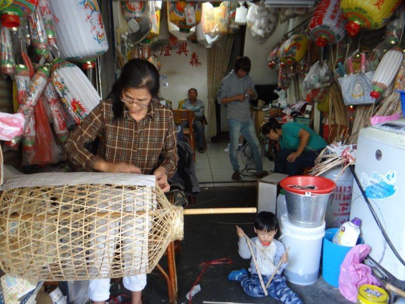 廟前大街有許多傳統工藝,值得一賞。 圖/蔡維斌 攝影