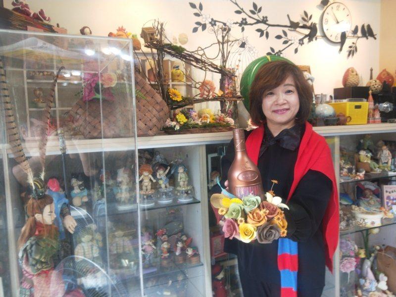 基隆社區大學人型公仔黏土老師劉鳳珠,是人型公仔黏土達人,不管是傳統中國人物十八羅...