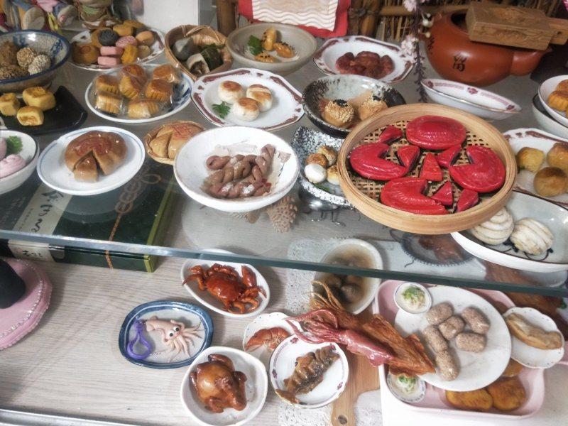 劉鳳珠的基隆美食作品有黃金蟹、小卷、李鵠月餅及各種海產等,讓人看不出是黏土做的。...