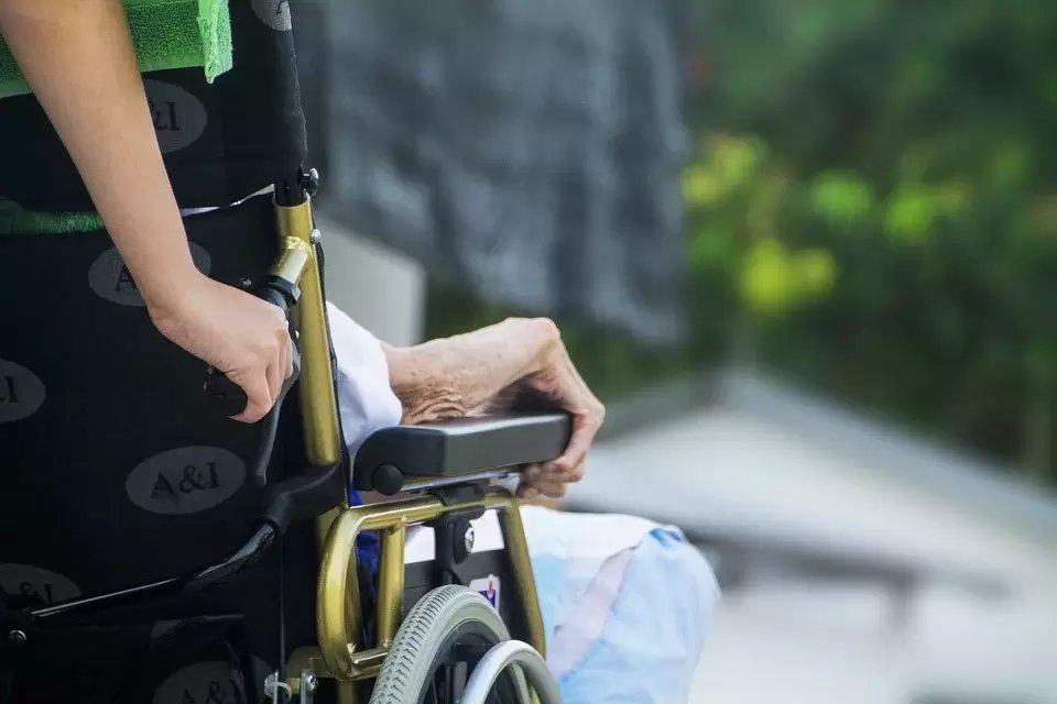 大部分年長者都會有慢性病,甚至會綜合變成「老年病症候群」。 圖/pixabay
