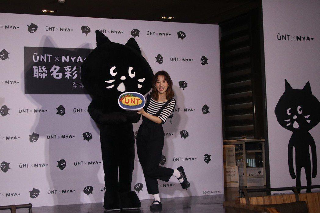 活動中UNT品牌代言人Lulu與NYA-都特別為對方準備了禮物,激撞出新的黑時尚...