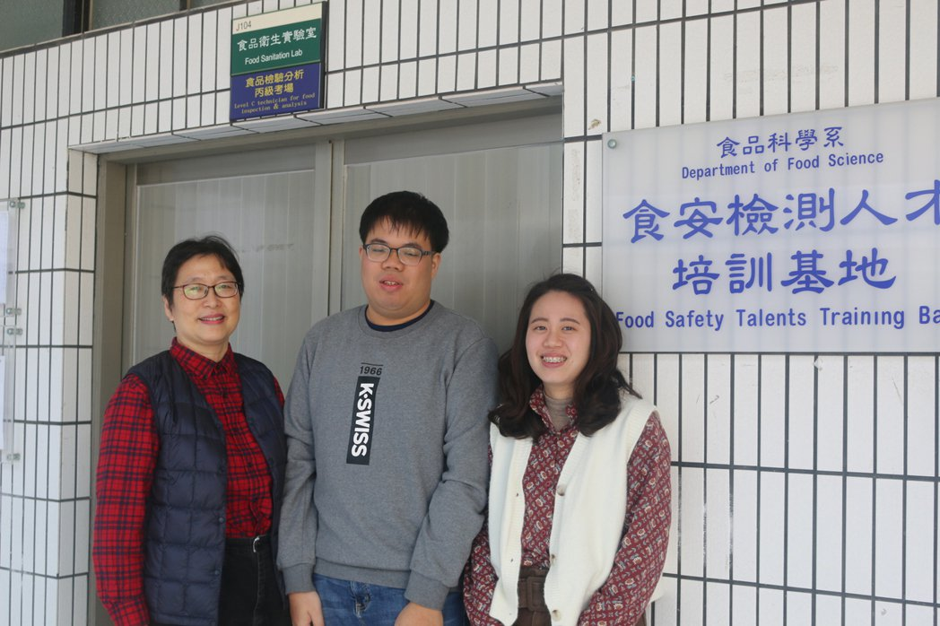 洪楷翔(中)非常感謝與劉黛蒂老師(左)與林思吟同學。 元培/提供