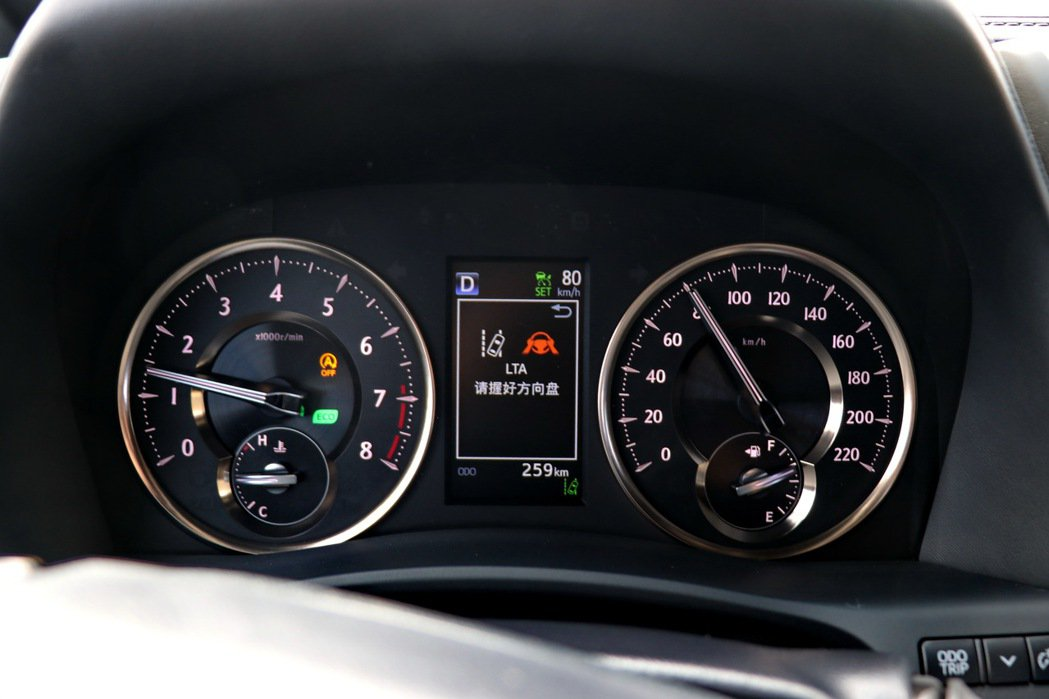 系統也設定當雙手離開方向盤一定時間後,就會提醒駕駛人需要將雙手放回方向盤,避免駕...