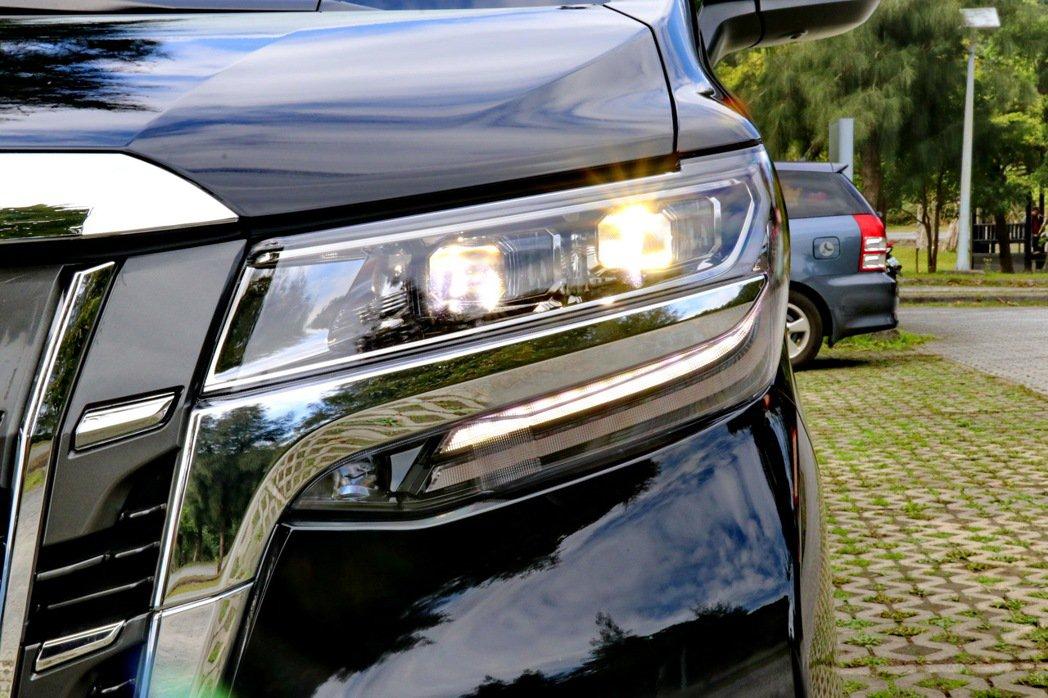 Bi-Beam LED頭燈讓車頭設計更具質感。 記者陳威任/攝影