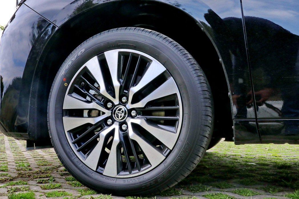車側部分雙色18吋十幅式鋁圈。 記者陳威任/攝影