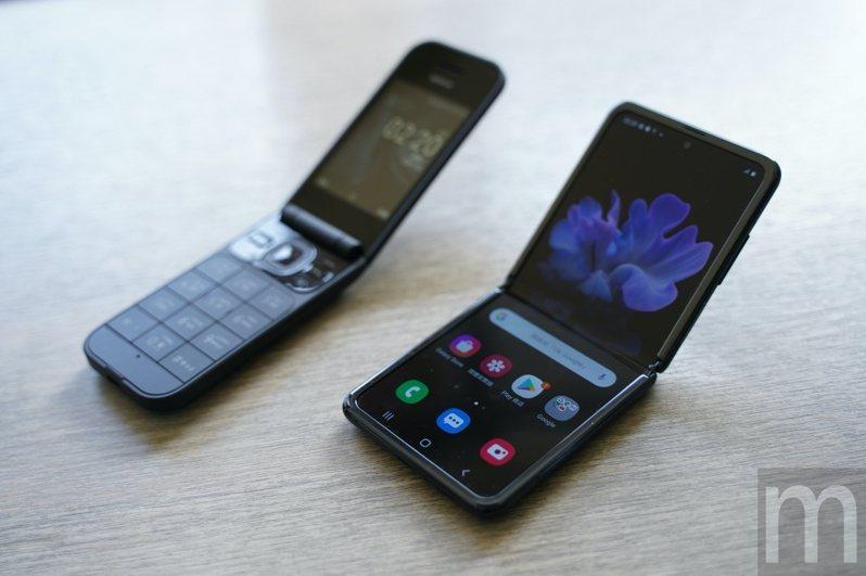 ▲左為早期折疊手機設計,右為三星近期推出的螢幕可凹折手機Galaxy Z Flip