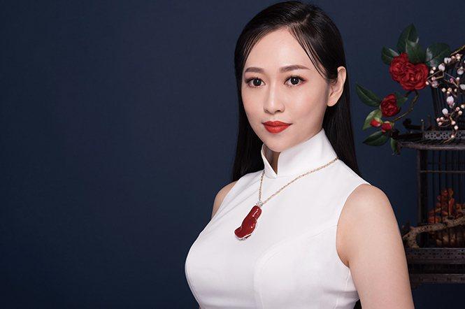 美麗大方的中華旗袍文化推廣協會理事長蔡雨潔,親自為本刊展現珊瑚與旗袍之美。