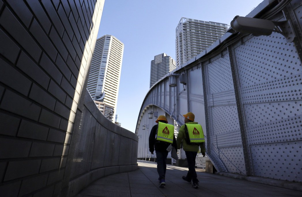 圖為兩名學童途經日本東京都中央區的勝鬨橋。美聯社