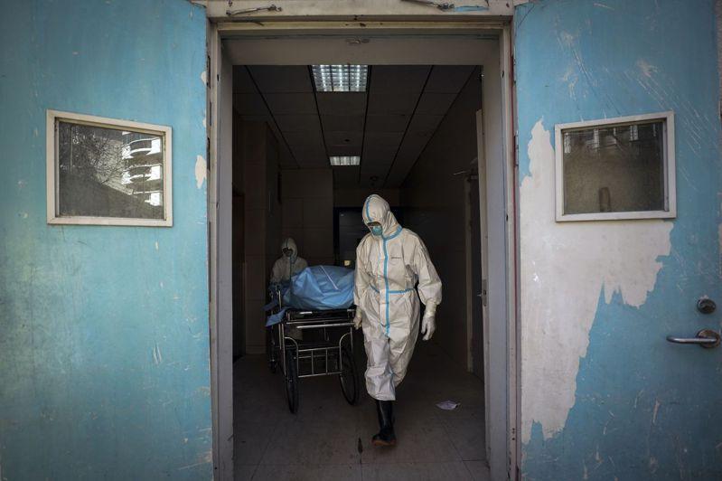 湖北省新增病亡再添132例,全中國新冠肺炎死亡人數達到至少2,000人。美聯社