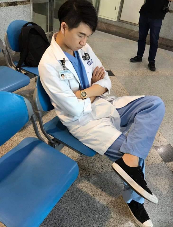 梧棲童醫師急診醫師魏智偉,呼籲民眾不要急到急診室要求檢查新冠肺炎,造成急診醫護人員工作量加重,他在臉書附上自己打瞌睡照片。圖/取自魏智偉奔跑吧鋼鐵急診醫師臉書