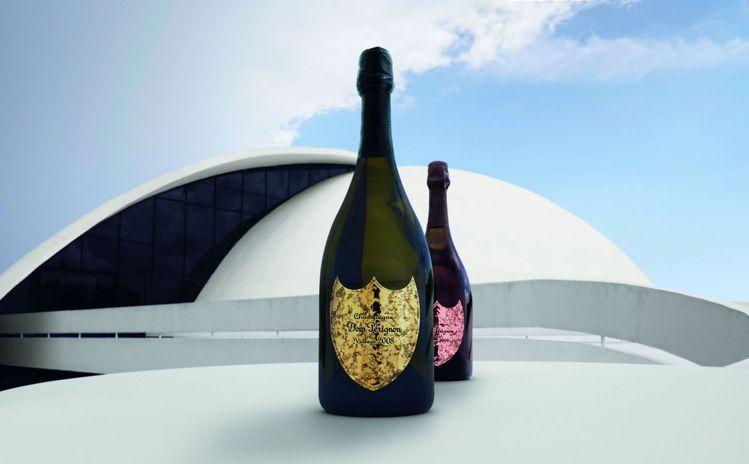 藍尼克羅維茲以光為靈感來源,將瓶標設計,以錘造技術打造金屬盾牌瓶標,充分演繹時間...