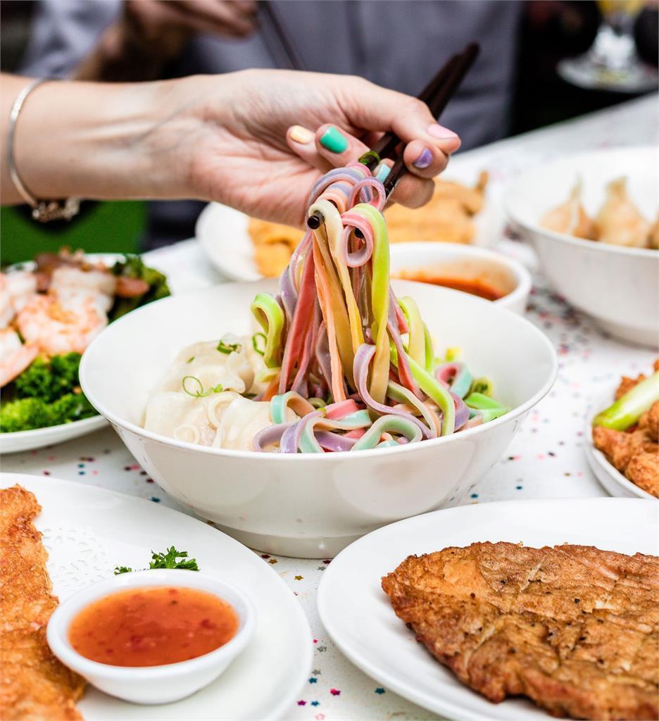 歡慶雪棃同性戀狂歡節,澳洲鼎泰豐推出六色彩虹驕傲麵。圖/摘自澳洲鼎泰豐官網