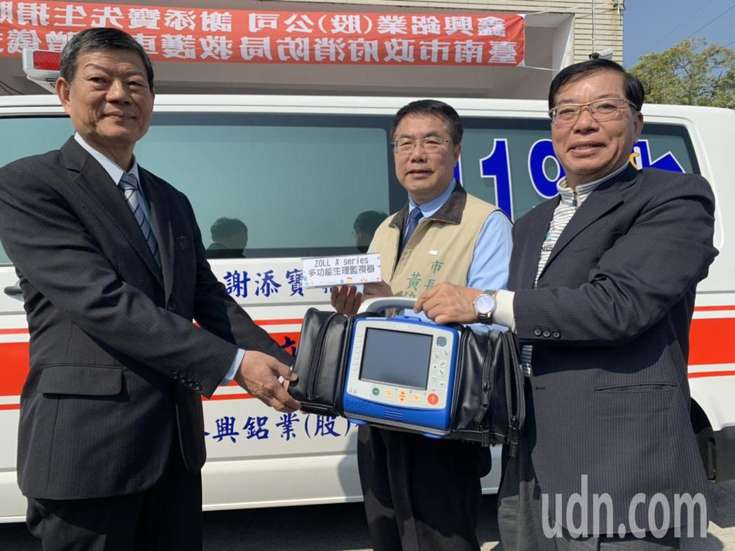 鑫興鋁業董事長謝添寶(左)捐贈一部升級版救護車給台南市官田消防分隊,內含110萬...