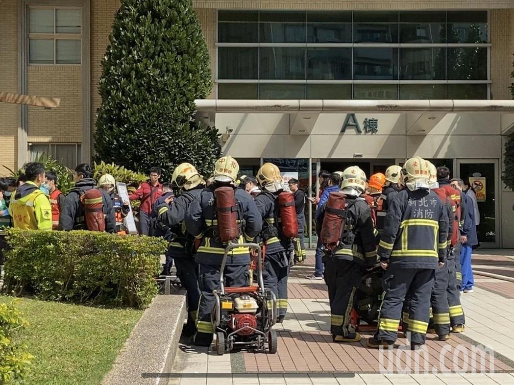 第四大隊獲報後迅速抵達現場,15分鐘後便將火勢撲滅。記者柯毓庭/攝影