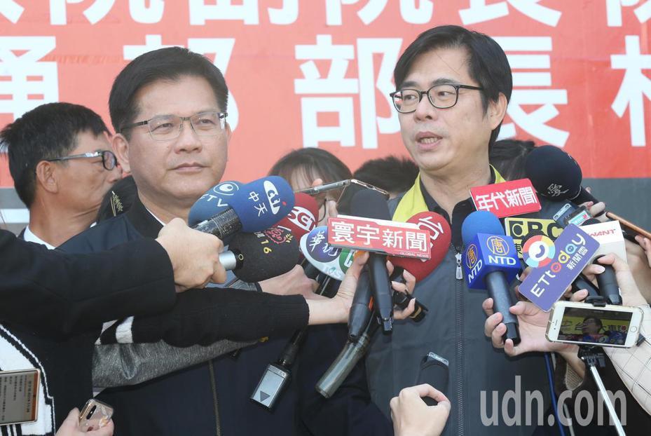行政院副院長陳其邁(右)中午在交通部長林佳龍(左)陪同下,前往台灣大車隊視察計程車業者防疫整備情形。記者曾學仁/攝影