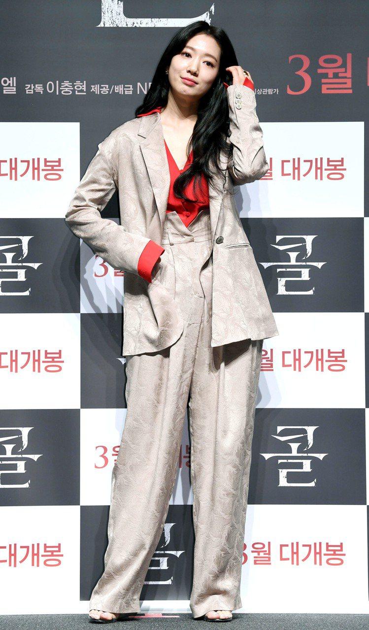 朴信惠在電影發表會穿FENDI西裝,紅色低胸襯衫增添一抹性感。圖/FENDI提供