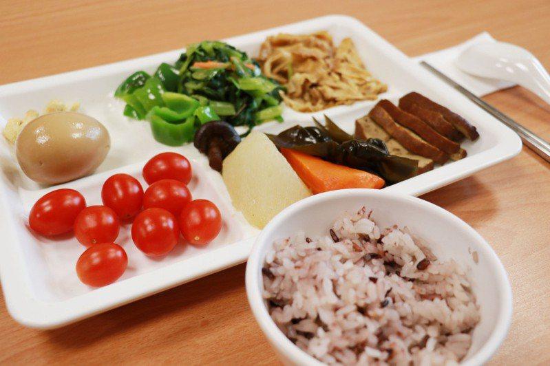 「我的餐盤」內容強調食物種類多樣化,營養師提醒,份量也要特別注意,千萬不要超量攝取過多油脂、熱量與糖份。圖/台中慈濟醫院提供