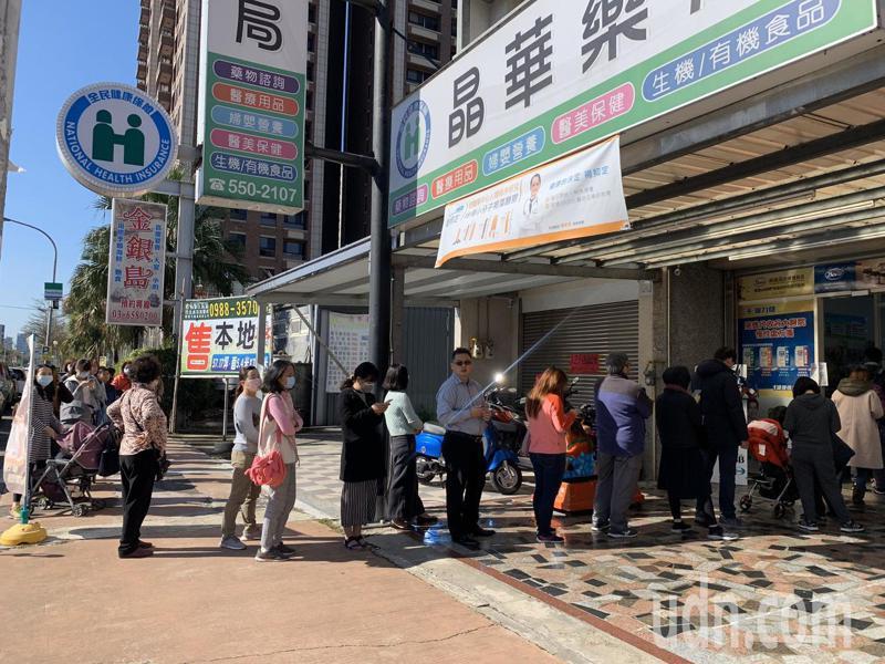因應武漢肺炎疫情,政府實施販售口罩實名制,新竹縣目前有123家健保特約藥局及6個鄉鎮衛生所可購買。記者陳斯穎/攝影