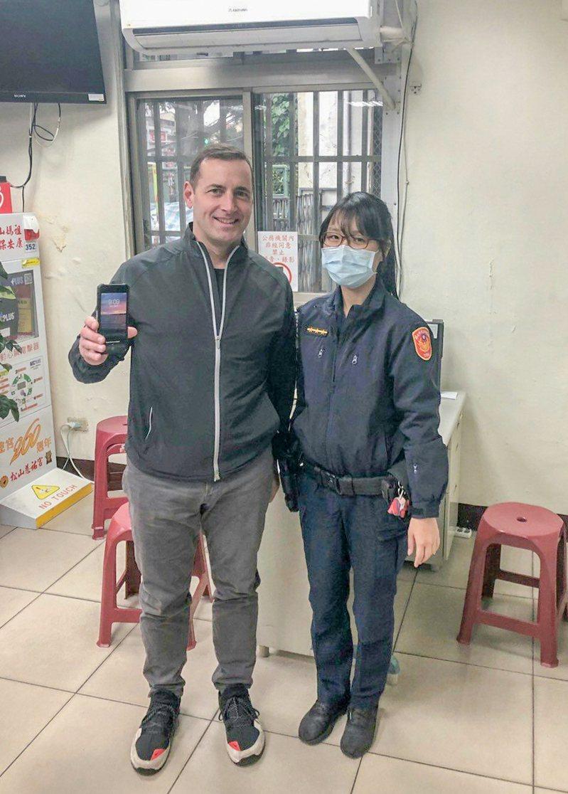 警員李曉薇(右)日前幫忙美國男子Frank(左)找回手機。記者蔡翼謙/翻攝
