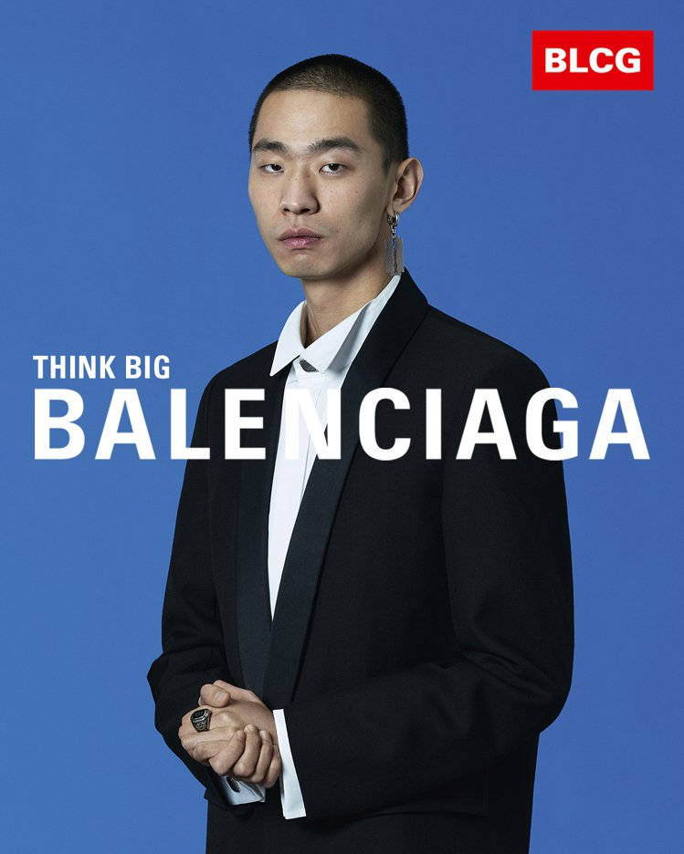 BALENCIAGA之前先釋出由專精於政治海報的攝影師Laurence Chap...