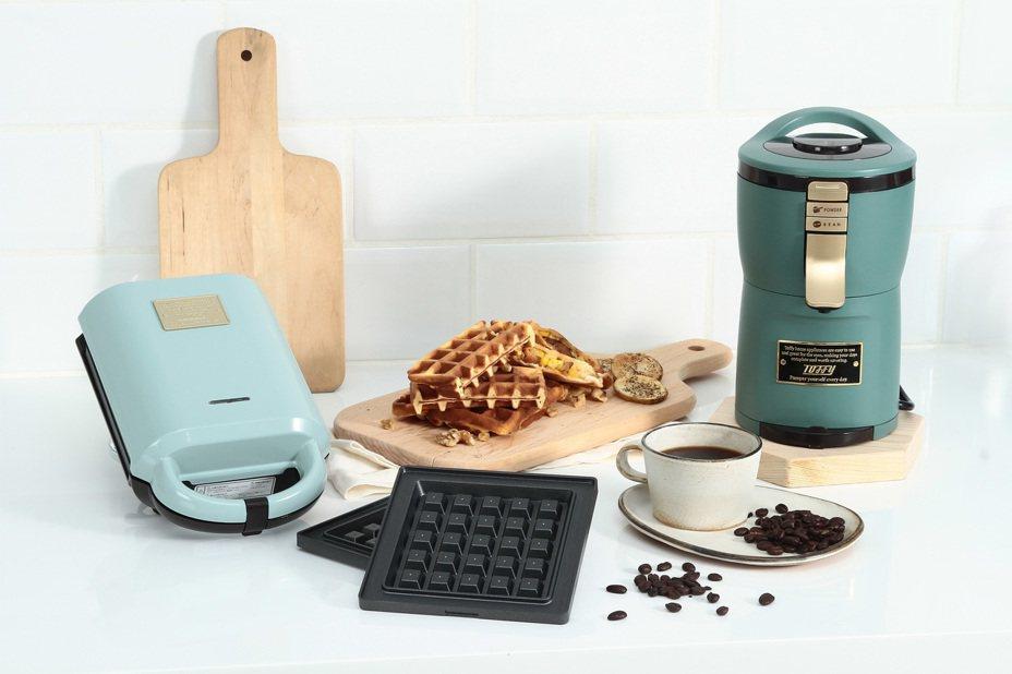 全聯獨家的熱壓三明治機內附三明治與鬆餅兩種烤盤,Aroma自動研磨咖啡機可咖啡豆粉兩用。圖╱全聯提供