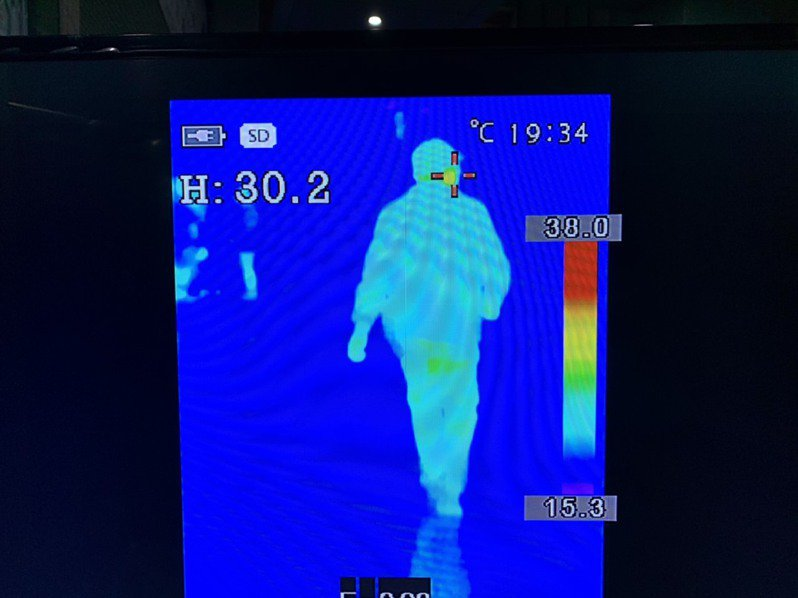 宜蘭縣羅東聖母醫院進出就醫、看診、探病等人員,平均一天多達2千人次,新冠肺炎防疫,院方引進「紅外線體溫監測儀」。圖/羅東聖母醫院提供