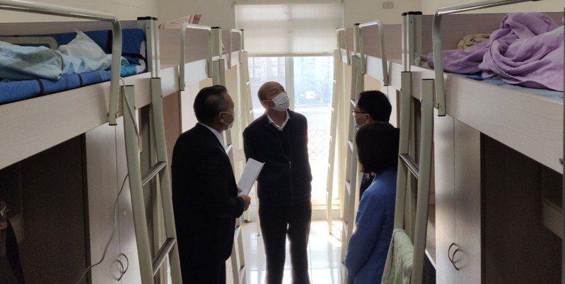高雄市長韓國瑜(中)今率勞工局前往「統一超食代股份有限公司」的移工宿舍進行關懷訪視,並提醒雇主落實移工相關防疫措施。圖/高雄市勞工局提供
