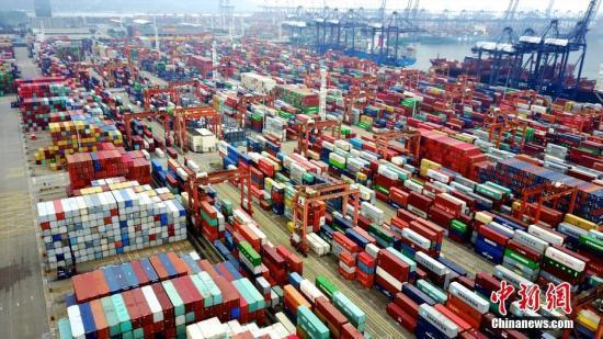 大陸是台灣第一大出口及進口地區,台灣對大陸每年貿易順差近800億美元。中新社資料...