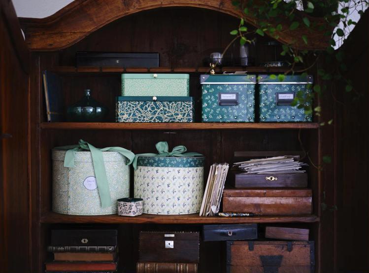 綠色系或植物圖騰的收納盒可為凌亂小物找到新家,利用深淺色的交錯搭配為空間帶來多層...