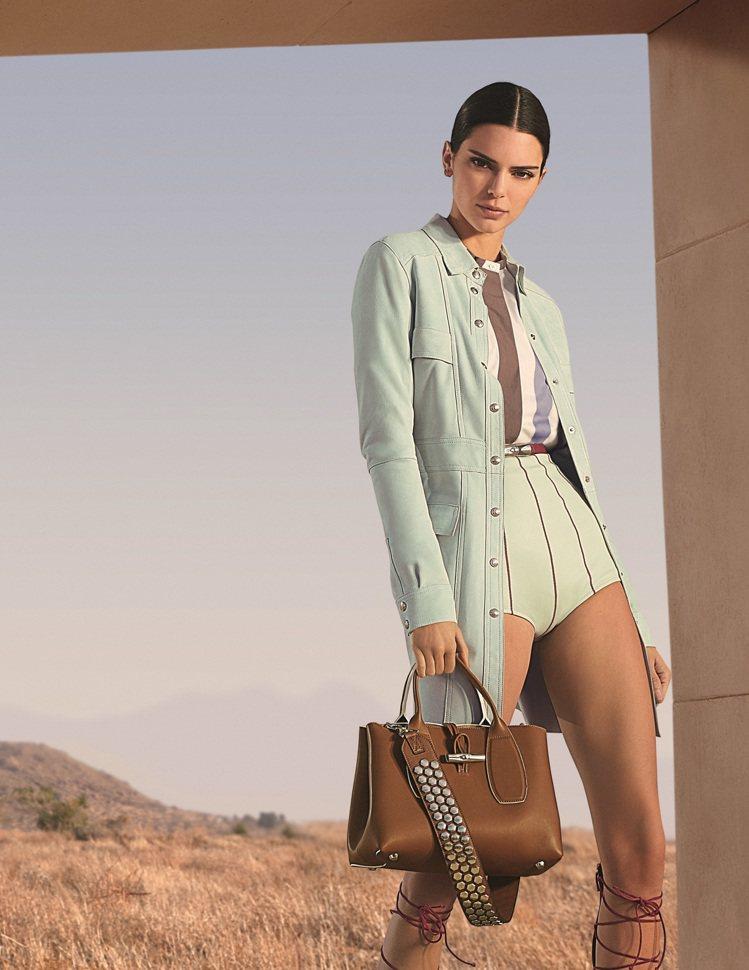 坎達爾珍娜身著LONGCHAMP青瓷色皮革連衣裙,配襯Barenia小牛皮製成的...