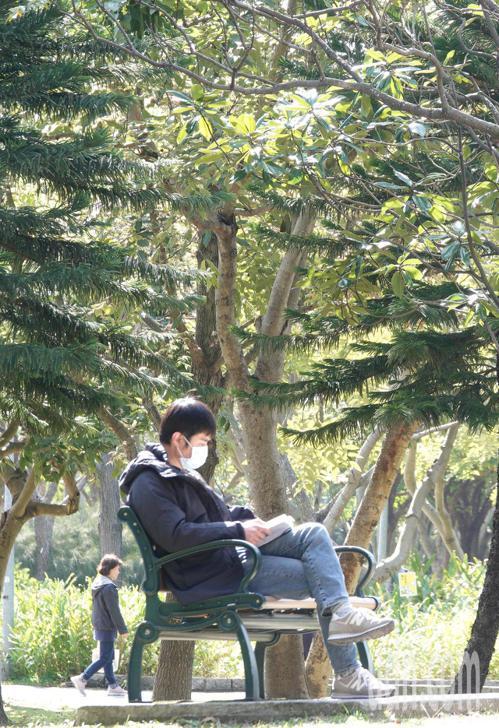 民眾戴口罩曬太陽,享受溫暖的陽光。本報系資料照/記者陳正興攝影