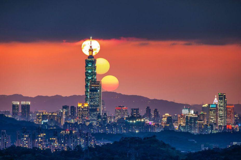 每年的2月及10月可從汐止大尖山天秀宮,拍攝到「台北101串丸子」驚人畫面。圖/黃秀山授權提供