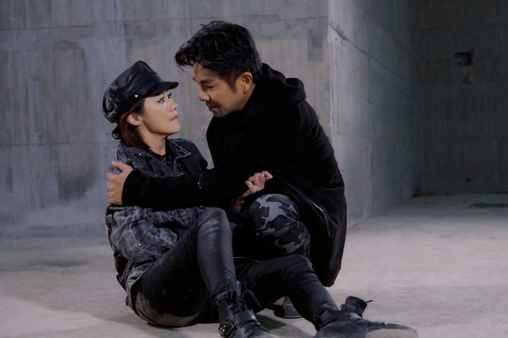謝承均(右)和茵芙在劇中成了亡命鴛鴦。圖/東森提供
