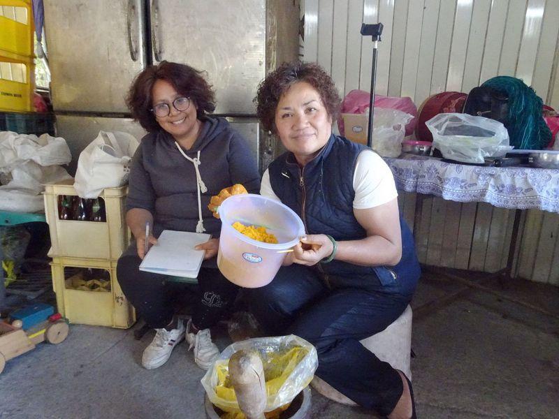 部落婦女開心秀出自己製作的蜂糧。 圖/屏東林管處提供
