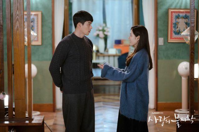孫藝真(右)與玄彬的情侶對戒品牌曝光。圖/翻攝自tvN FB
