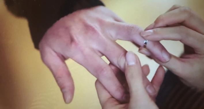 孫藝真為玄彬戴上情侶戒指。圖/翻攝自tvN