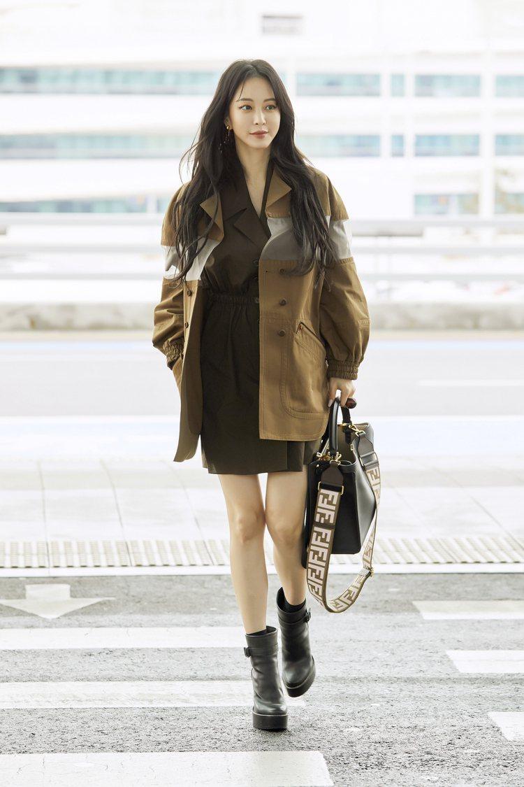 韓藝瑟身穿FENDI春夏系列現身仁川機場,神清氣爽秀修長美腿。圖/FENDI提供