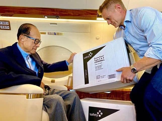 李嘉誠私人飛機上驗收給香港醫護人員的保護衣。(香港網路照片)