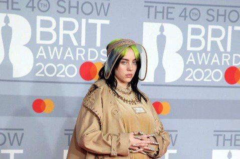 人怕出名豬怕肥,才18歲就成為葛萊美獎最大贏家的怪奇比莉,在全英音樂獎頒獎典禮上又風光獲頒最佳國際女歌手獎,卻坦言深感受到憎恨,尤其酸民的攻擊讓她根本不想再打開任何社群網站,那些毒舌批評已經毀了她的...
