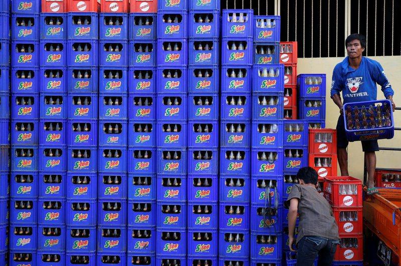 印尼財長英卓瓦蒂19日提議,對含糖飲料、燃油車及塑膠袋課徵新稅,以控制民眾對這些產品的消費。路透