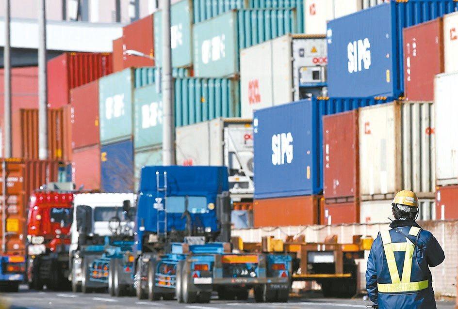 日本1月出口較去年同期滑落2.6%,此外還面臨肺炎疫情衝擊。(路透)