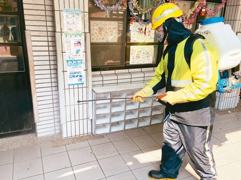 桃園市環保局本周替330間學校進行公共空間消毒,強化防疫工作。 記者張裕珍/攝影