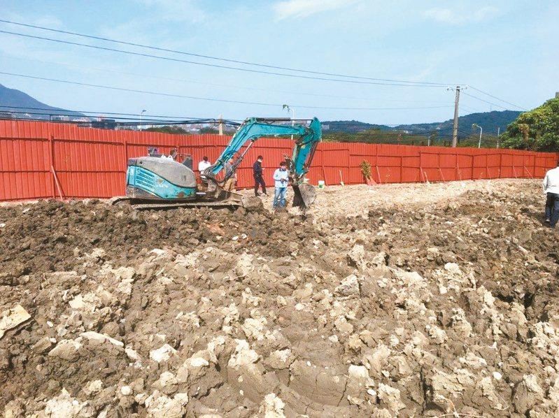 北市環保局與北投警分局15日共同查獲,關渡平原土地遭非法棄置廢棄物。 圖/北市環保局提供