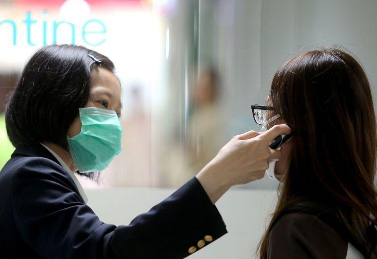 準確度僅次於肛溫的就是耳溫,醫生建議以耳溫槍量測體溫。圖/聯合報系資料照片