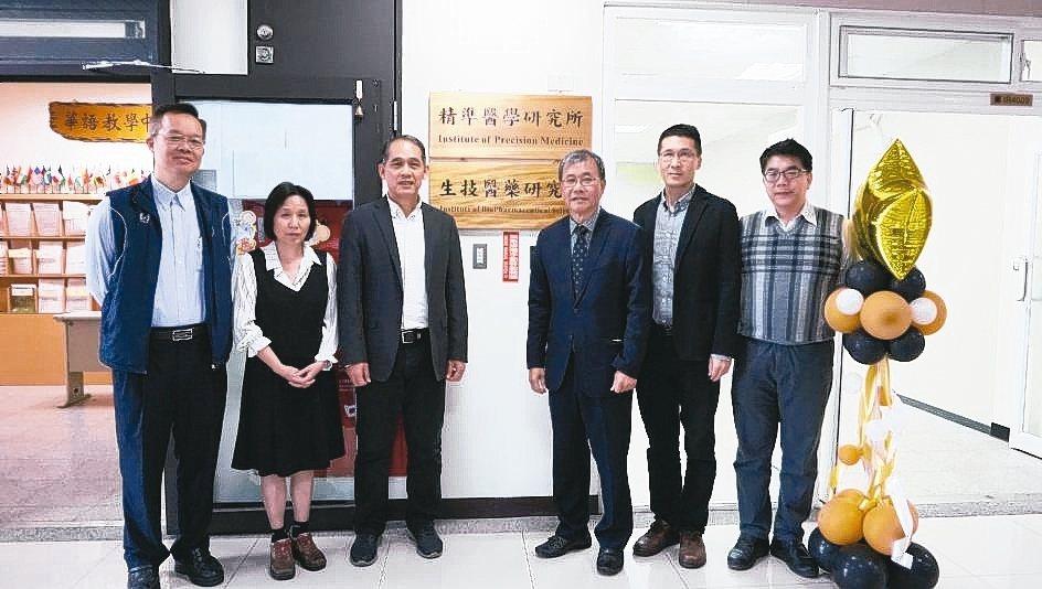 中山大學精準醫學研究所、生技醫藥研究所揭牌成立,海資系教授溫志宏(左起)、精準醫...