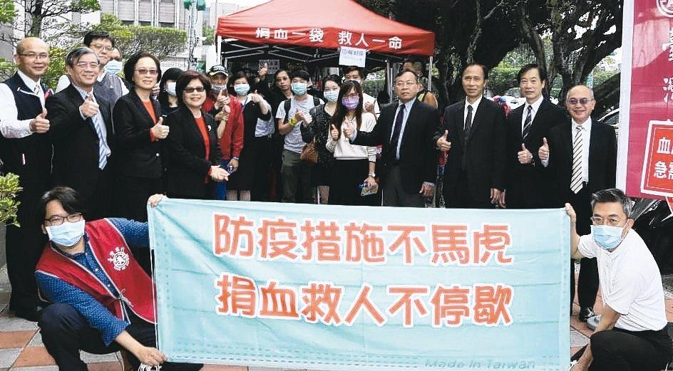 臺銀董事長呂桔誠(右四)在捐血活動現場與集團高階主管、捐血民眾合影。 臺銀/提供
