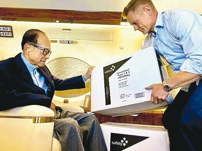 香港富商李嘉誠在私人飛機上親自查看要給香港前線醫護人員的防護衣及口罩。 網路照片