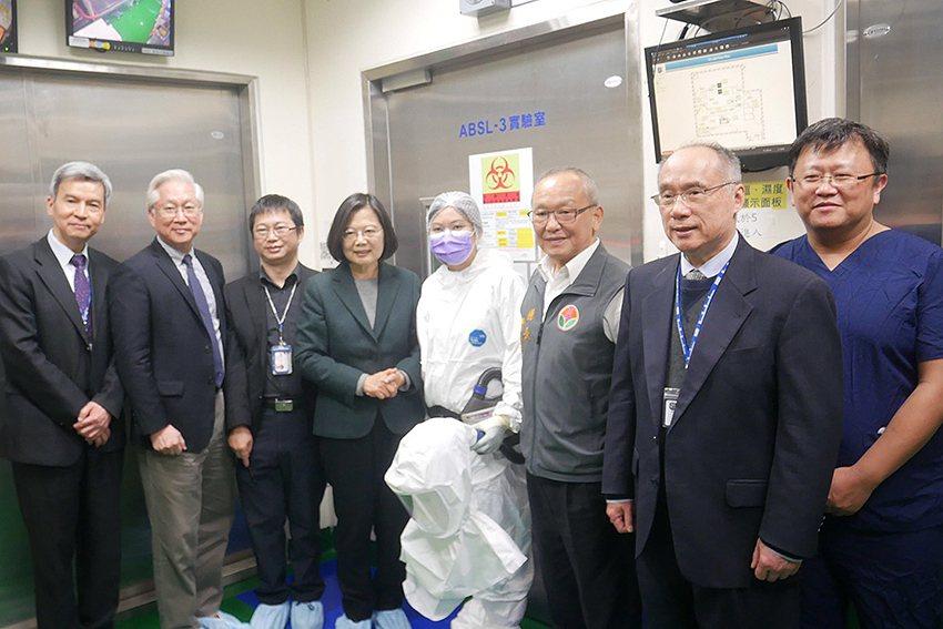 總統蔡英文視察國衛院ABSL-3實驗室。 國衛院/提供