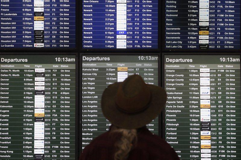 2019年來國內飛行旅客飽受誤點和飛行時間被延長的困擾。圖為旅客查看班機資訊。 (美聯社)