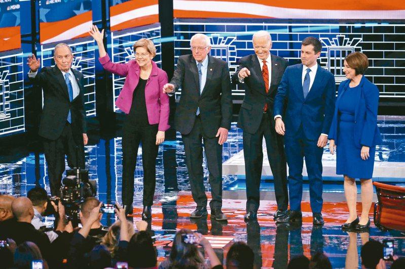 美國民主黨19日的總統候選人辯論會共六人上場,前紐約市長彭博(左一)砸重金買廣告衝高民調取得空降參與權,但過往政策遭檢視圍剿。 法新社